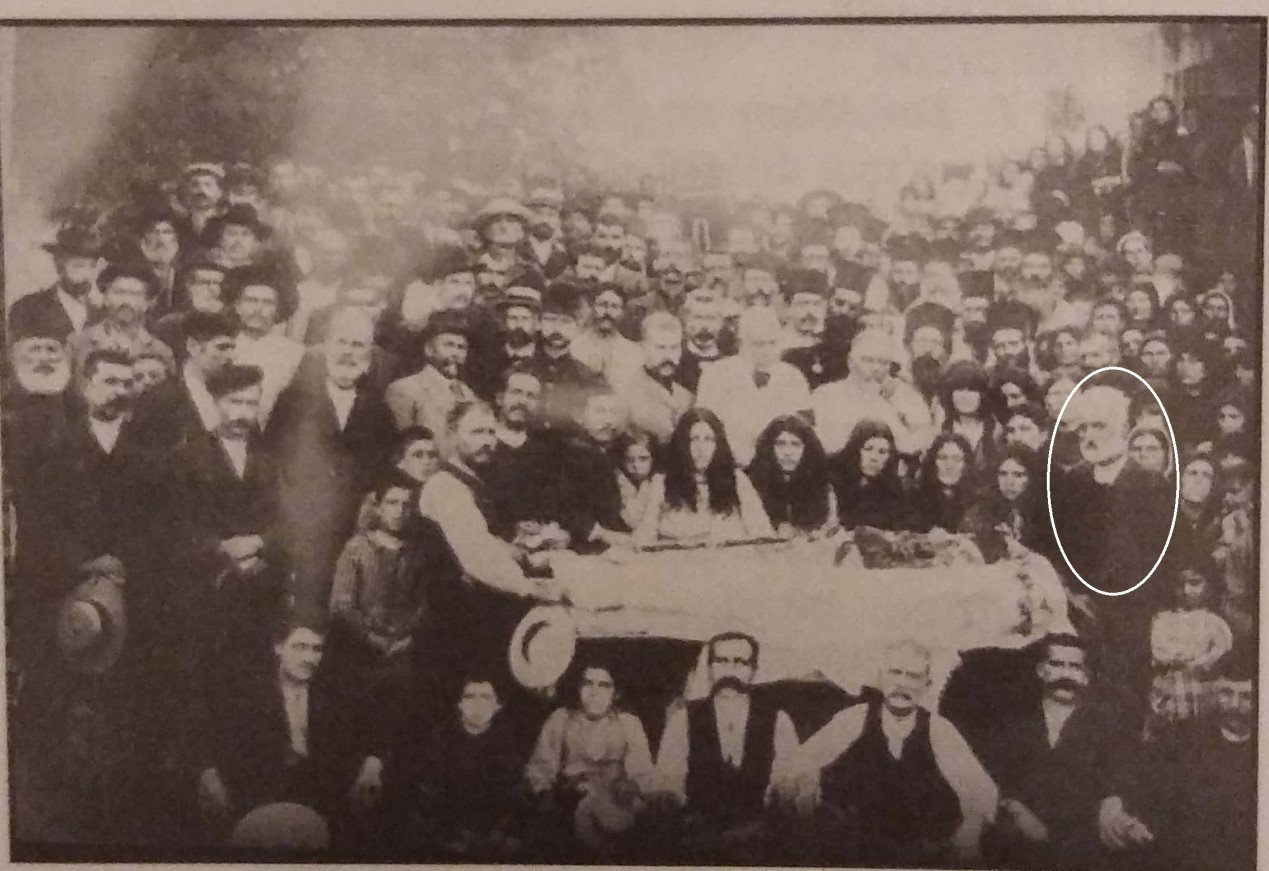 """Fig. 4. The funeral of Kostis Sakellaridis (1905). To the right, next to the deceased, is Bent's friend Frangiskos Sakellaridis. Source: M. Chiotis, """"The Roots of Our Generation"""", p. 242."""
